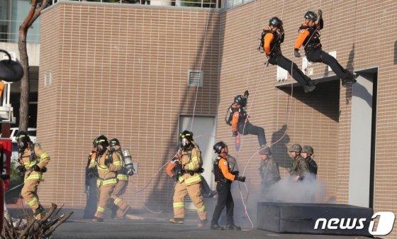 2019 재난대응 안전한국훈련이 실시된 31일 오후 대전 동구 대전대학교 산학협력관에서 소방대원들이 가스폭발과 건물 붕괴로 인한 재난 발생 상황을 가정해 인명구조 훈련을 하고 있다. 2019.10.31/사진=뉴스1