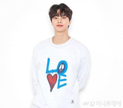 """'대세 배우' 송강, 의류 브랜드 모델 발탁…""""LOVE"""""""