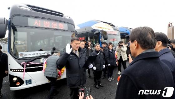 [사진] 전기굴절버스 개통, 운행선서하는 승무원들