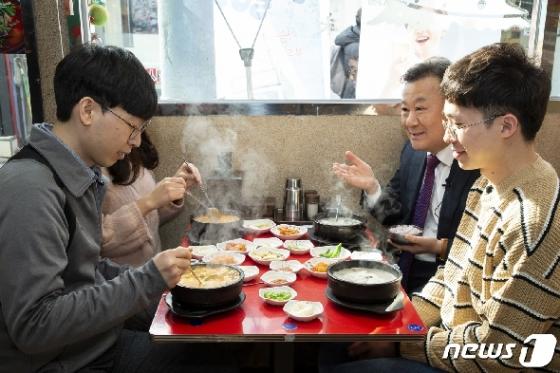 [사진] 수험생들과 점심 식사하는 황서종 처장