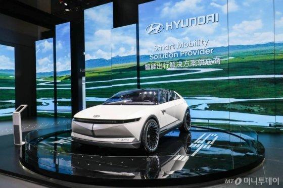 지난해 11월 열린 '제2회 중국 국제 수입박람회'에 전시된 현대차의 EV 비전 콘셉트 '45'. /사진=현대차