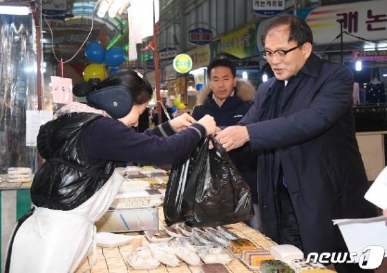 [사진] 전통시장서 장보는 박종호 산림청장