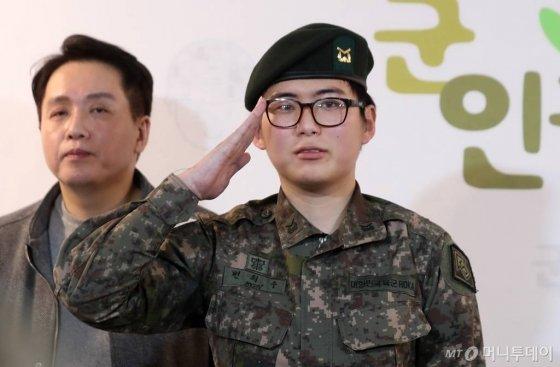 휴가 중 해외에서 성전환 수술을 받고 돌아온 부사관 변희수 하사가 22일 오후 서울 마포구 군인권센터에서 열린 육군의 전역 통보 관련 기자회견에서 거수경례를 하고 있다. / 사진=김휘선 기자 hwijpg@