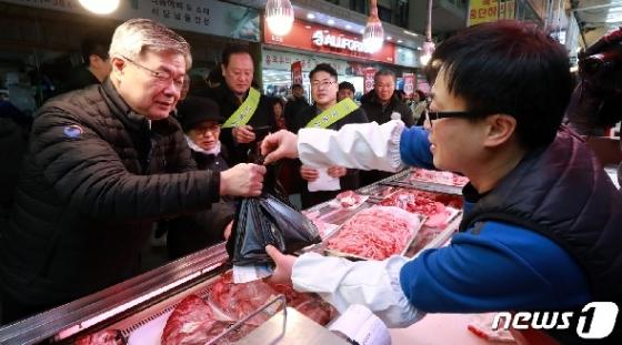 [사진] 망원시장에서 육류 구매하는 이재갑 고용부 장관