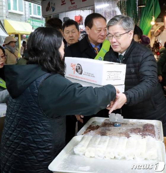 [사진] 이재갑 고용부 장관 '설 맞이 전통시장 방문'