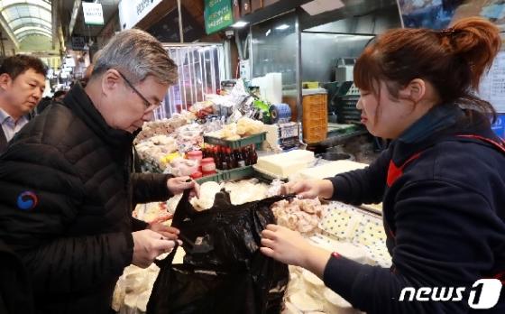 [사진] 명절 맞아 전통시장 찾은 이재갑 고용부 장관