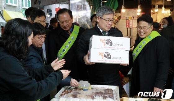 [사진] 전통시장에서 떡 구매하는 이재갑 고용부 장관