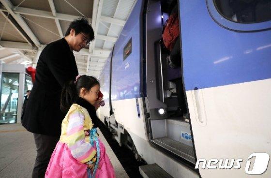 설을 맞아 한복을 차려입은 어린이가 아버지 손을 잡고 기차에 타고 있다. /뉴스1 DB© News1 장수영 기자