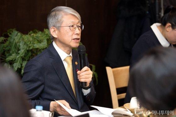 최기영 과기정통부 장관이 22일 신년기자간담회에서 답변하고 있다. /사진=과기정통부