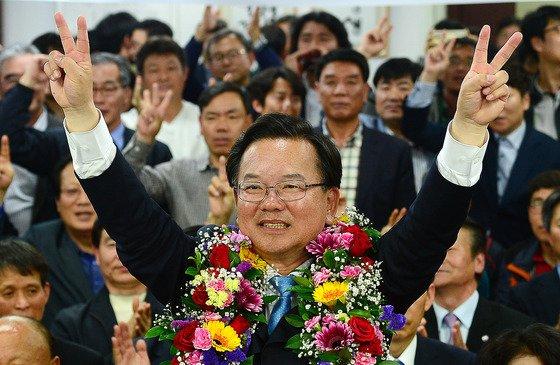 김부겸 더불어민주당 대구 수성구갑 후보가 2016년 4월 13일 대구시 수성구 선거사무소에서 당선이 확실해지자 당선 세리머니를 하고 있다. /사진=뉴스1.