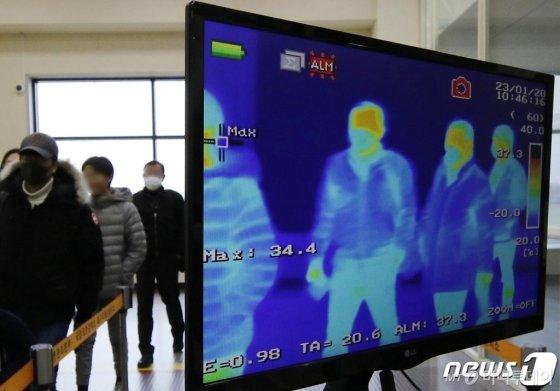 23일 오전 중국 상하이(上海)를 출발해 대구국제공항에 도착한 탑승객이 국제선 입국장에서 열화상카메라가 설치된 검역대를 통과하고 있다. /사진=뉴스1