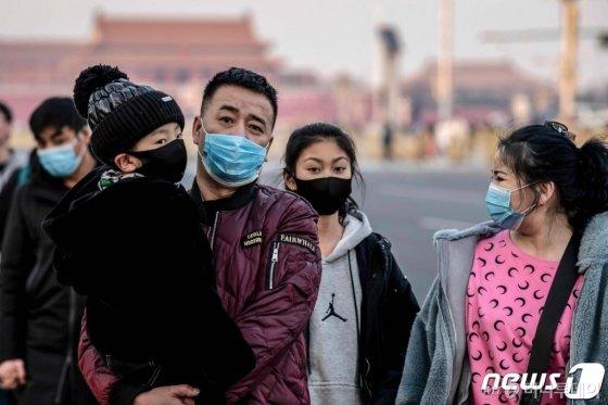 (베이징 AFP=뉴스1) 우동명 기자 = 22일 (현지시간) 베이징 톈안먼 광장의 시민들이 신종 코로나바이러스인 우한 폐렴의 감염을 막기 위해  마스크를 쓰고 있다.   © AFP=뉴스1  <저작권자 © 뉴스1코리아, 무단전재 및 재배포 금지>