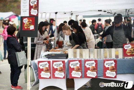 지난해 11월2일 오후 서울 마포구 문화비축기지에서 열린 제7회 비건 페스티벌에서 방문객들이 다채로운 비건 마켓을 둘러보고 있다./사진=뉴스1