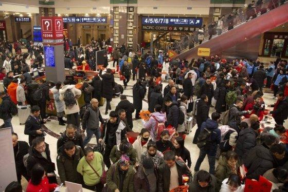 [베이징=AP/뉴시스]17일(현지시간) 중국 베이징의 베이징 철도역에 여행객들이 몰리고 있다. 중국 최대의 명절 '춘제(春節)'가 다가오면서 중국 여행객들이 기차역과 공항으로 몰려들어 세계 최대의 민족 이동의 면모를 보여주고 있다. 2020.01.17.