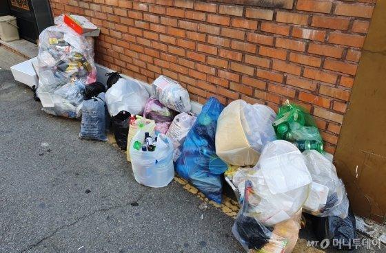 지난 24일부터 26일까지 서울시에서 쓰레기 배출이 일부 제한된 가운데 서울 강북구 한 거리에 버려진 쓰레기 모습./사진=한민선 기자