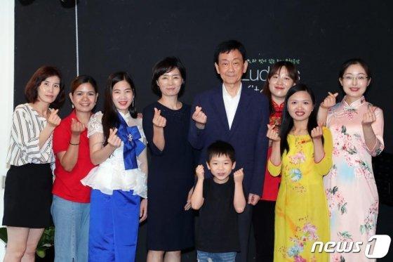 진영 행정안전부 장관이 지난해 7월14일 오후 서울 은평구 소재 결혼이주여성들이 운영하는 마을기업 '마을무지개'를 방문, 간담회에 참여한 이주여성 등과 기념촬영을 하고 있다./사진=뉴스1=행정안전부