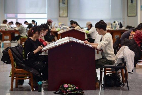 중국 선양의 한 대학교 도서관/사진=AFP