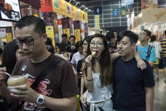 중국 거리의 청년들/사진=AFP