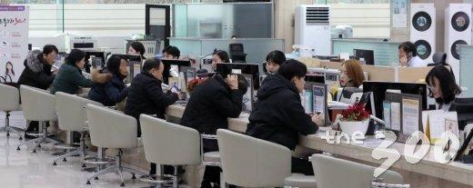 정부의 '12·16 부동산 대책'으로 투기지역·투기과열지구의 주댐담보대출비율(LTV) 규제가 강화된 23일 서울 여의도 한 은행에서 고객들이 대출 상담을 하고 있다.  정부는 금일부터 투기지역·투기과열지구의 시가 9억원~15억원 주택의 주택담보대출비율(LTV)을 기존 40%에서 20%로 축소했다. / 사진=김창현 기자 chmt@