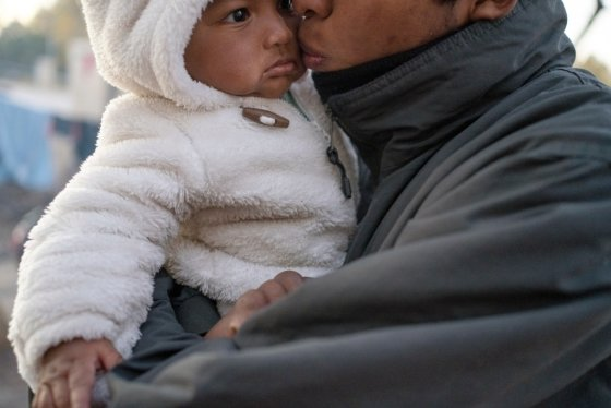 미국 이민을 희망하는 아이와 아버지/사진=AFP