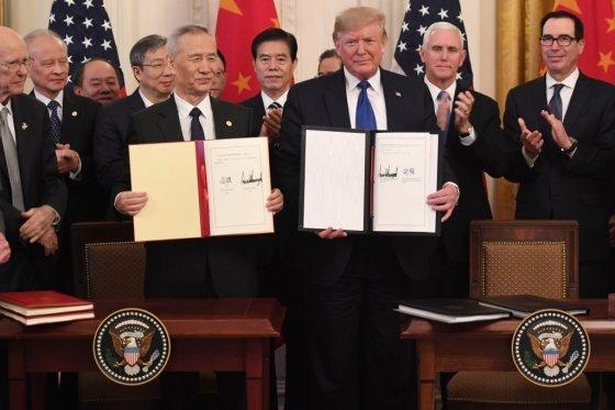 15일(현지시간) 도널드 트럼프 미국 대통령(오른쪽)과 류허 중국 부총리(왼쪽)가 백악관에서 1단계 무역합의에 공식 서명했다. /AFPBBNews=뉴스1