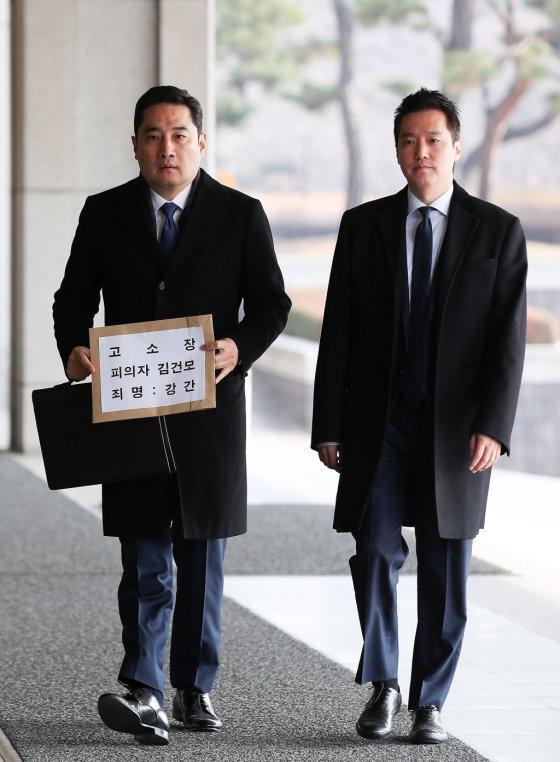 """김건모 장모 """"강용석, 그거는 정상 아냐"""" 분노"""