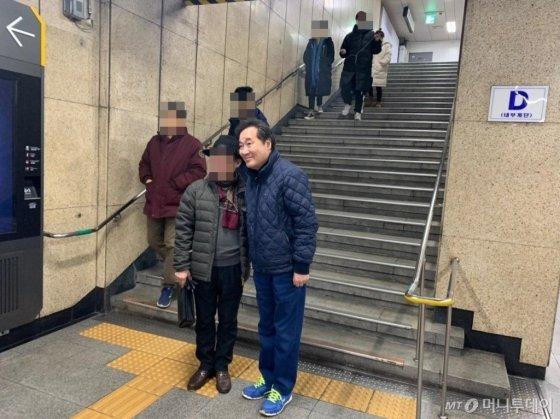 이낙연 전 국무총리가 24일 첫 공식일정을 소화하기 위해 지하철역에 내렸다. 한 시민의 요청으로 사진을 찍고 있다. / 사진=김하늬 기자