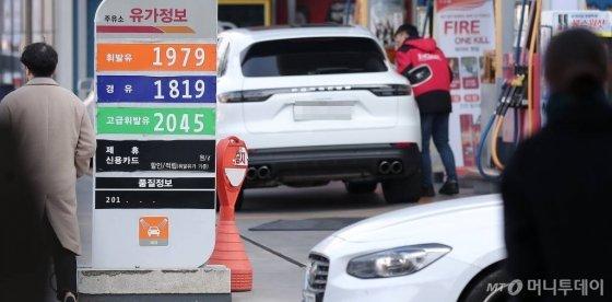 지난 12일 서울 시내의 한 주유소에서 휘발유가 리터당 1979원, 경유는 1819원에 판매되고 있다. /사진=김창현 기자
