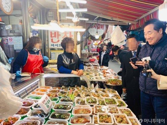 이낙연 전 국무총리가 설 연휴 첫날 24일 시장 상인들과 이야기를 나누고 있다. / 사진=김하늬 기자