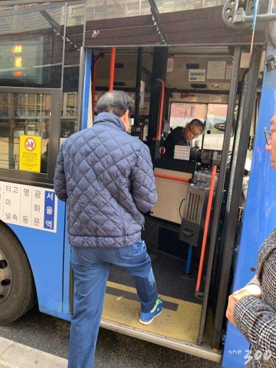 이낙연 전 국무총리가 24일 첫 공식일정을 소화하기 위해 버스를 타고 이동하는 모습. / 사진=김하늬 기자<br />