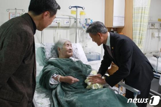 [사진] 오희옥 애국지사 위문하는 박삼득 보훈처장