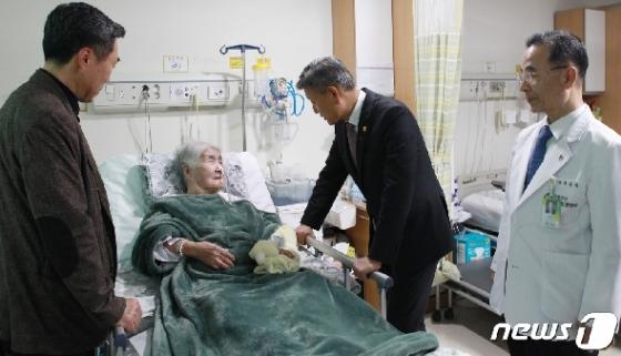 [사진] 박삼득 보훈처장, 오희옥 애국지사 위문