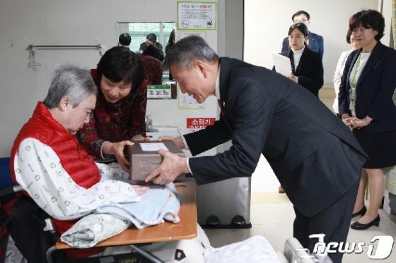 [사진] 박삼득 보훈처장, 국가유공자 가족에게 위문품 전달
