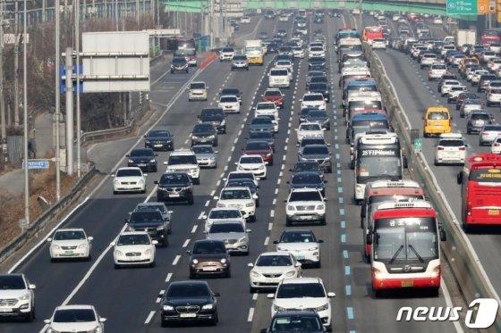 민족대명절 설 연휴 첫 날인 24일 오후 경기도 용인시 신갈분기점 인근 경부고속도로 하행선이 귀성 차량으로 정체를 빚고 있다. /사진=뉴스1