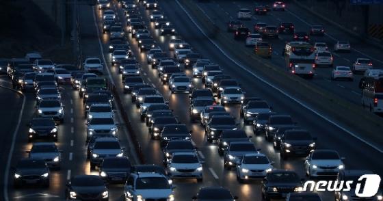 [사진] 설 명절 '고속도로에 줄 지은 차량들'