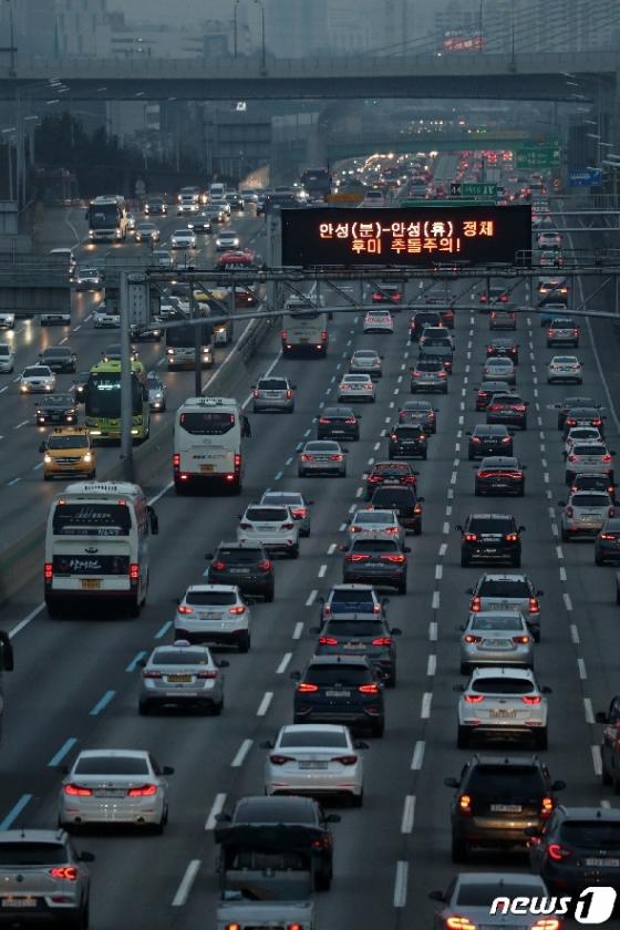 [사진] 설 명절 고속도로 '북적북적'
