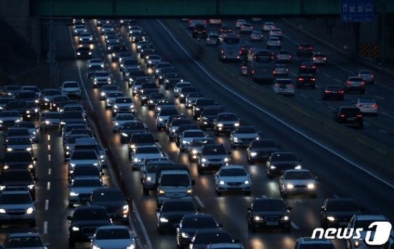 [사진] 차량 늘어선 고속도로