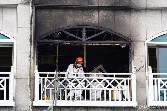 25일 오후 7시 45분쯤 강원 동해시 어달동의 한 펜션에서 가스 폭발로 추정되는 사고로 9명의 사상자가 발생했다. 26일 소방당국이 정밀 감식을 하고 있는 모습 /사진=김남이 기자(동해)