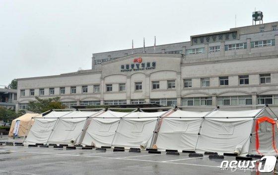 (서울=뉴스1) = 질병관리본부는 55세 한국인 남성이 국내 두 번째 우한 폐렴(신종 코로나바이러스) 확진환자로 확인됐다고 24일 밝혔다. 이 확진환자는 김포공항 귀국 게이트 검역 과정에서 열이 나고 목이 아픈 증상을 보여 능동감시 대상으로 분류됐다. 이튿날에는 보건소 선별진료를 통해 검사를 받았다. 그 결과, 신종 코로나바이러스 양성 판정을 받았다. 사진은 두 번째 우한 폐렴 확진환자가 격리돼 치료중인 국립중앙의료원 모습. (뉴스1 DB) 2020.1.24/뉴스1  <저작권자 © 뉴스1코리아, 무단전재 및 재배포 금지>