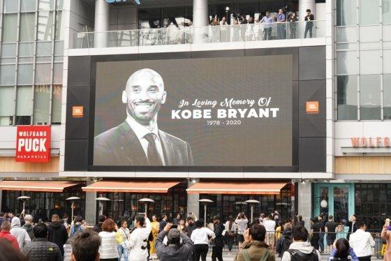 뉴욕 메디슨 스퀘어 가든의 대형 전광판에는 브라이언트의 사진과 함께 '코비 브라이언트 1978-2020'이라고 적힌 메시지가 띄워졌다. /사진=AFP