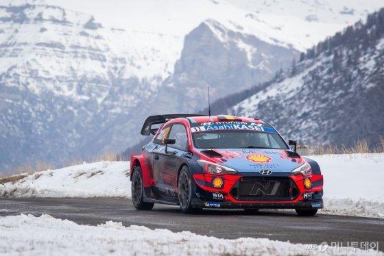 지난 23~26일(현지시간) 2020 WRC 개막전으로 치러진 몬테카를로 랠리에서 우승을 차지한 현대차 'i20 Coupe WRC' 경주차가 얼어붙은 도로를 빠르게 달리고 있다./사진제공=현대차