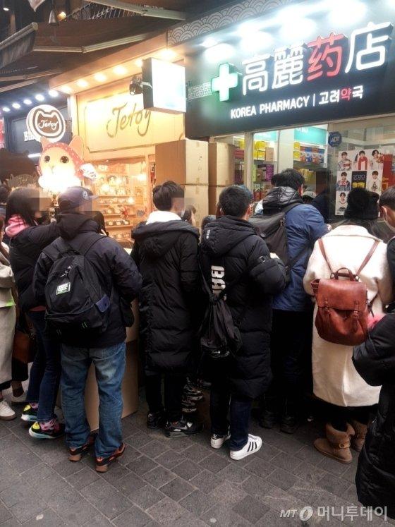 실제 약국에는 마스크를 사 가기 위해 중국인을 비롯 외국인 관광객들이 줄 서 있었다. /사진=오진영 인턴기자