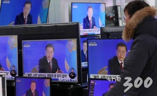 14일 오전 서울 용산구 전자랜드 TV매장에서 문재인 대통령 2020년 신년 기자회견 생중계가 틀어져있다. / 사진=김휘선 기자 hwijpg@