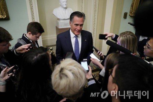 밋 롬니 미국 공화당 상원의원이 21일(현지시간) 워싱턴DC 캐피톨힐에서 도널드 트럼프 대통령 탄핵심판이 열리는 가운데, 탄핵심판장 바깥에서 기자들의 질문에 답하고 있다./사진=AFP