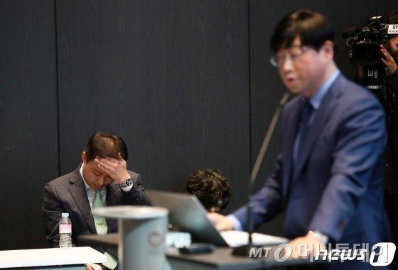 (서울=뉴스1) 오대일 기자 = 원종준 라임자산운용 대표이사가 14일 오후 서울 여의도 국제금융센터(IFC)에서 펀드 환매 연기 사태 관련 기자 간담회에서 침통한 표정을 짓고 있다. 라임자산운용은 6000억원 규모에 이어 2400억원 규모의 사모펀드 환매를 추가로 중단키로 했다. 2019.10.14/뉴스1  <저작권자 ⓒ 뉴스1코리아, 무단전재 및 재배포 금지>