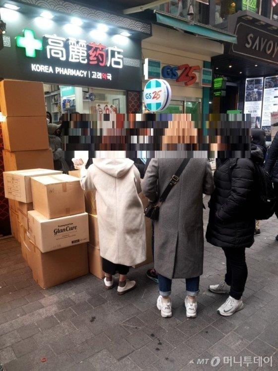 명동의 한 약국 앞서 마스크를 구매하기 위해 길게 늘어선 중국인 관광객들. /사진 = 오진영 기자
