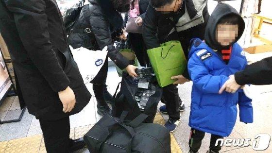 우한폐렴 때문에 가족모두 마스크 사서 옮겨담는 중국인 © 뉴스1 이비슬 기자