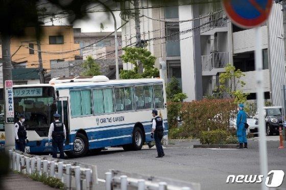 일본 가나가와(神奈川)현 가와사키(川崎)에서 주행 중인 초등학교 버스. © AFP=뉴스1