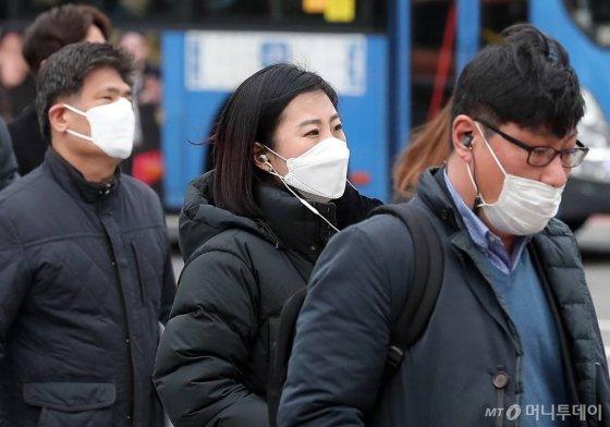 중국에서 시작된 신종 코로나바이러스 공포가 확산되고 있는 28일 오전 서울 종로구 세종로 네거리에서 시민들이 마스크를 쓴 채 발걸음을 옮기고 있다. / 사진=김창현 기자 chmt@