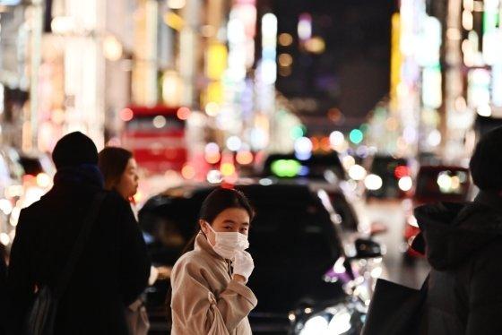 일본 보건 당국은 28일 중국 우한시에서 발생한 코로나바이러스의 6번째 사례를 확인했다고 밝혔다. 도쿄 긴자 거리에서 마스크를 쓴 보행자가 길을 걷고 있는 모습./사진=AFP